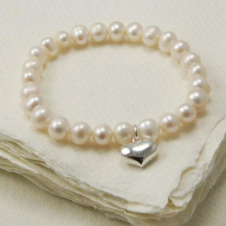 Freshwater pearl stretch bracelet with silver heart charm
